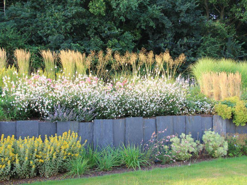 retene de terre en plaque de schiste et vivaces fleuries