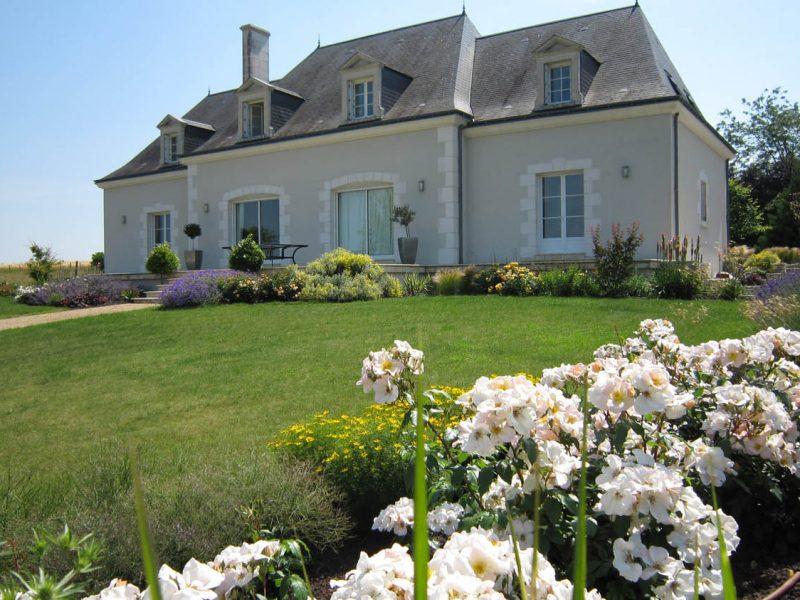 maison traditionnelle avec massif rosier et vivaces