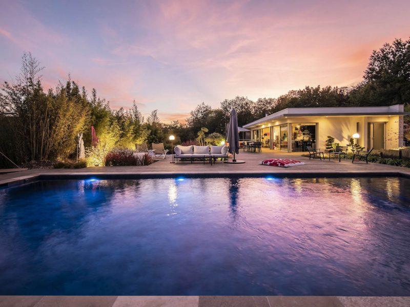 ambiance de nuit sur une piscine contemporaine