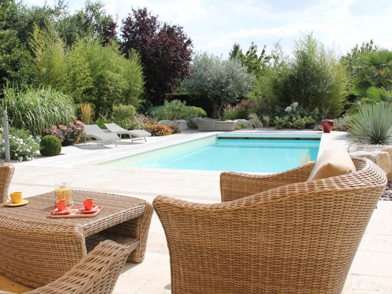 piscine avec terrasse en dallage et mobiliers