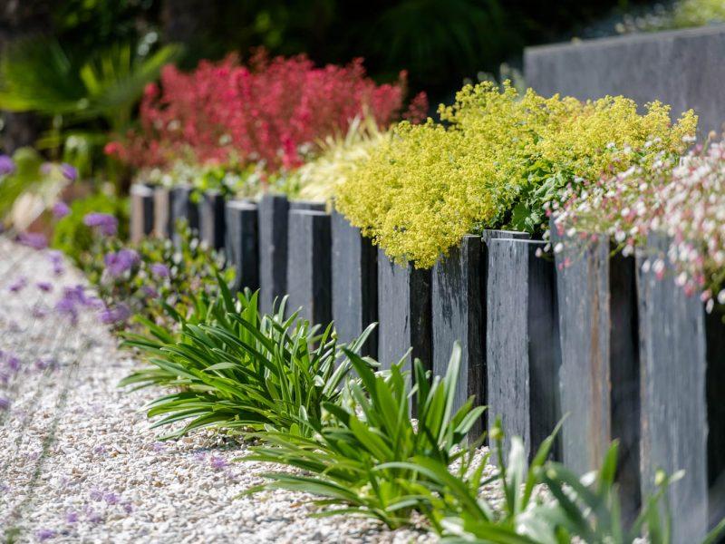 Retenue de terre en plaque d'ardoiseavec plantes vivaces