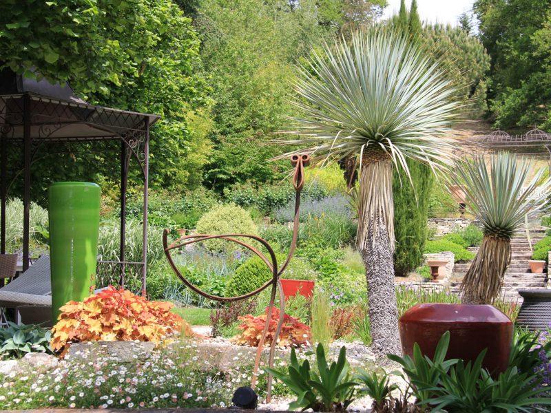 jardin et sculpture oiseau en fer