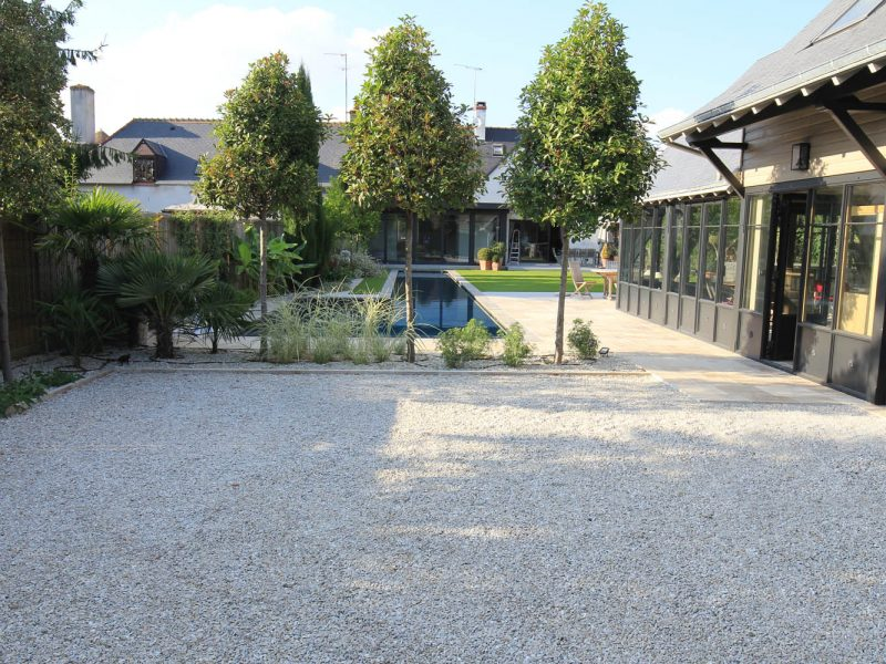 allée en stabilisateur de graviers avec piscine couloir de nage et arbre tiges