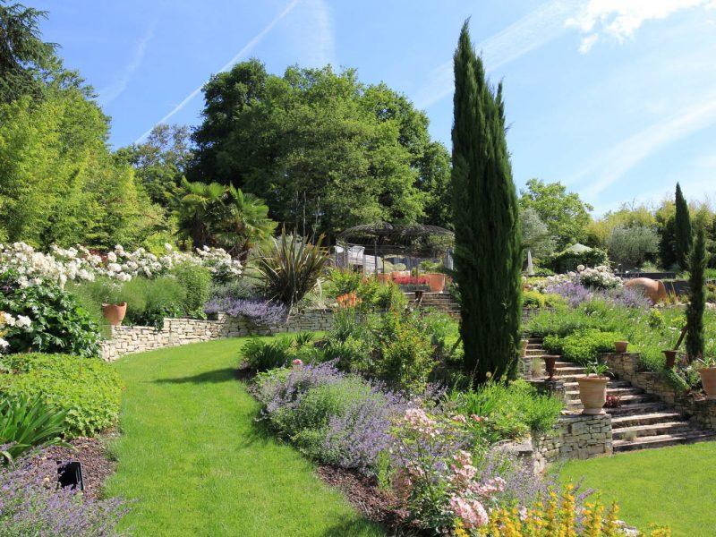 escalier paysager et massifs de vivaces et arbustes