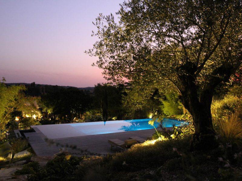 piscine à débordement vue de nuit