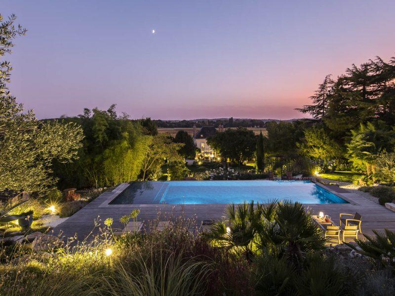 piscine paysagée à débordement ambiance nuit