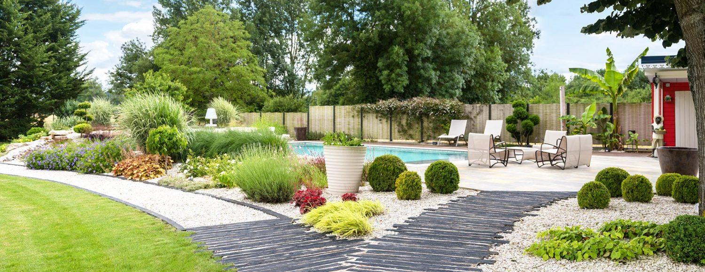 allée en ardoise, massifs de vivaces et arbustes, terrasses en pierre et piscine paysagée