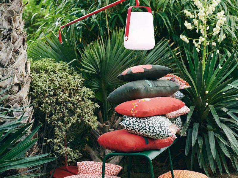 coussin et lampe fermob dans une ambiance tropicale