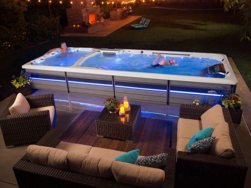 salon de jardin avec spa de nage en arrière plan