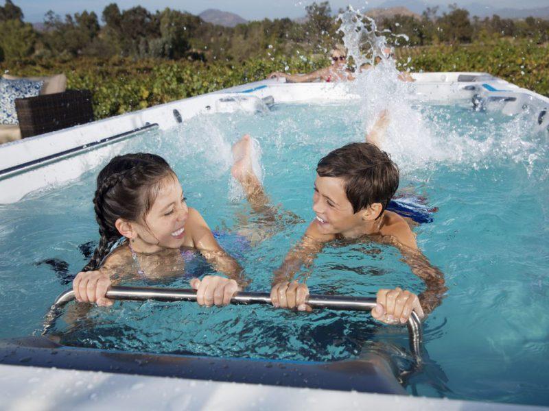 spa de nage avec deux enfants