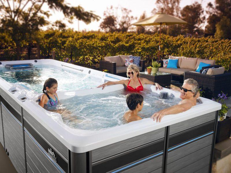 Famille dans un spa de nage