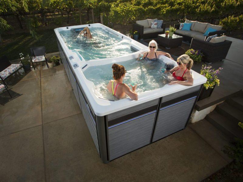 spa de nage avec personnes se relaxant et faisant du sport