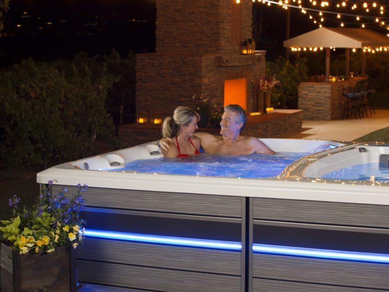 spa de nage avec couple se relaxant