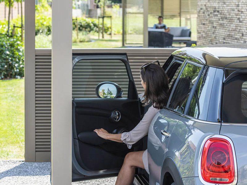 Carport RENSON avec une femme qui sort de sa voiture