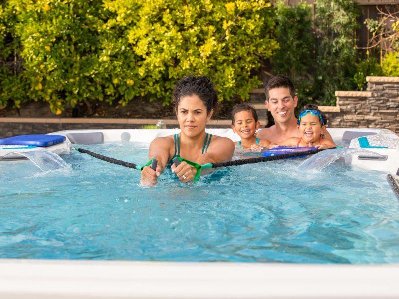 famille dans un spa de nage faisant du sport