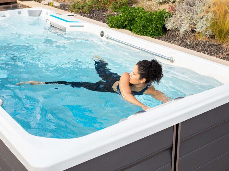 femme dans un spa de nage faisant de l'exercice