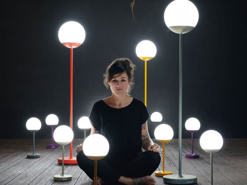 presentation lampe moon fermob avec femme assise