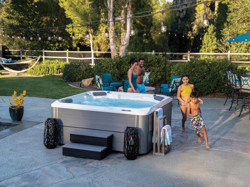 Spas Hotspring limelight avec famille autour et jardin