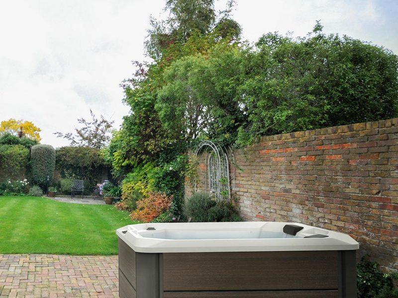 Spas Hotspring limelight dans un jardin